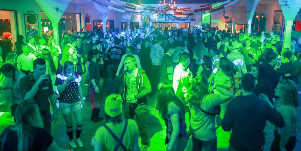 Lumpendisco 2018, leuchtende Kostüme und drückender Bass